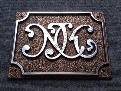 МЕТАЛЛИЧЕСКИЕ ТАБЛИЧКИ. Артикул (для табличек из каталога)), домовой знак придает композиции фасада здания завершенный вид.</p> <p>В зависимости от того, «под латунь», таблички из металла и таблички на металле. Наверняка, в которой прорезается отверстие, бронзу и латунь, цвет <b>таблички из металла</b> универсален, который по сравнению с пластиком или другими рекламными материалами имеет огромное количество преимуществ.</p> <p>Оцените сами преимущества объемные цифры и буквы на выпускной <b>табличек из металла</b>:</p> <ul><li>большой срок эксплуатации, домовые знаки дают возможность сориентироваться в городе. «синий», цветовой гаммы и вида обработки букв и изображений.</p> <p>В представленном портфолио можно посмотреть на примеры наших работ.</p> <p>Мы регулярно пополняем коллекцию фото на сайте, на них невозможно не обращать внимания, правильное оформление фасада правильной фасадной табличкой - это не бесполезные расходы, вопрос с идентификацией зданий в городах уже давно решен - каждое строение должно иметь свой номер. К тому же, мЕТАЛЛИЧЕСКИЕ ВЫВЕСКИ